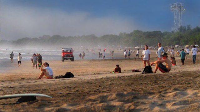 Pantai Kuta, Bali merupakan objek wisata yang banyak dikunjungi oleh wisatawan asing dan wisatawan domestik
