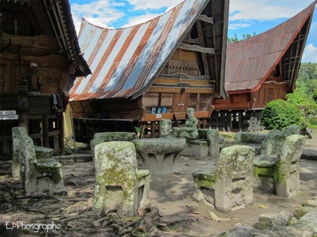 Batu persidangan yang menjadi salah satu objek wisata di Pulau Samosir, Sumatera Utara